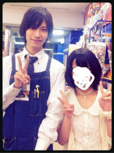 Fille Otaku : Un otaku beau gosse harcelé par des filles au japon